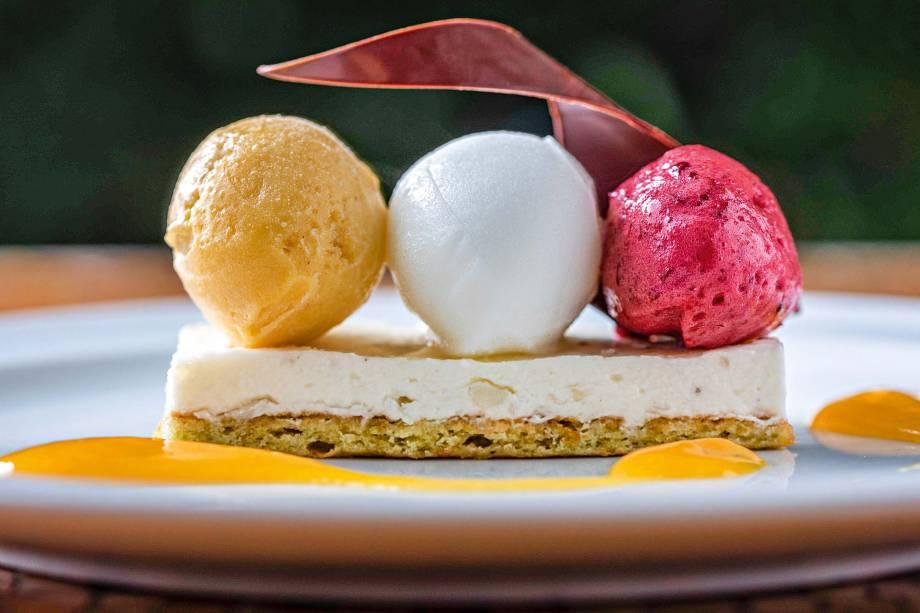 Sobremesa gelada: trio de sorbets de maracujá, limão-siciliano e frutas vermelhas, sobre torta-musse de coco