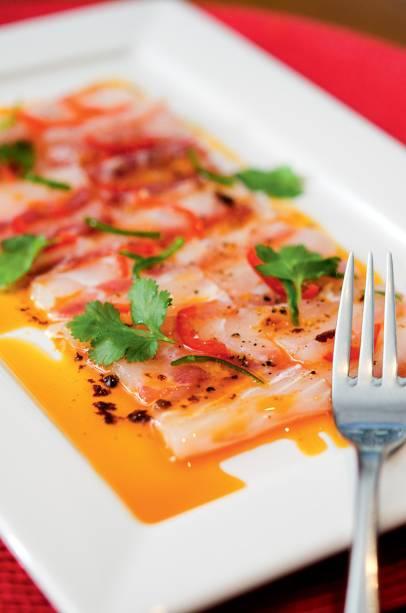 Tiradito del santo, com peixe branco, pimenta e azeite