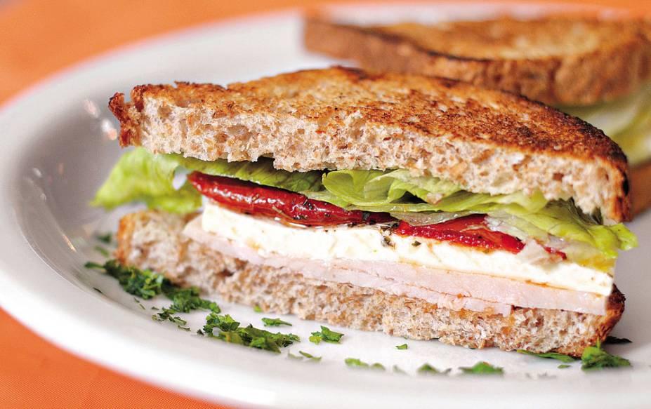 Desfrutti: queijo branco, peito de peru. alface e tomate seco no pão tostado