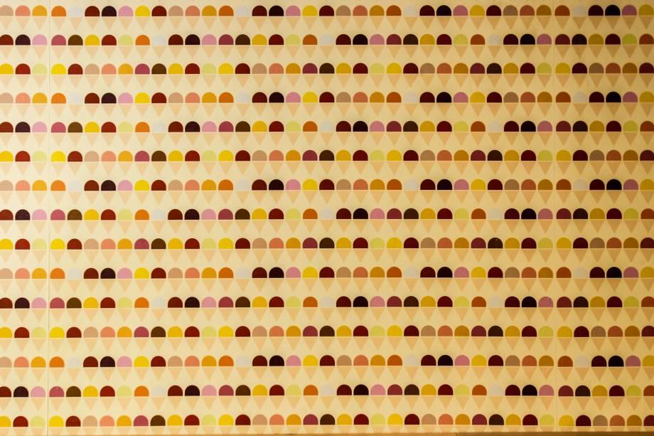 Detalhe gracioso de uma das laterais revestida com papel de parede texturizado em forma de casquinhas de sorvete