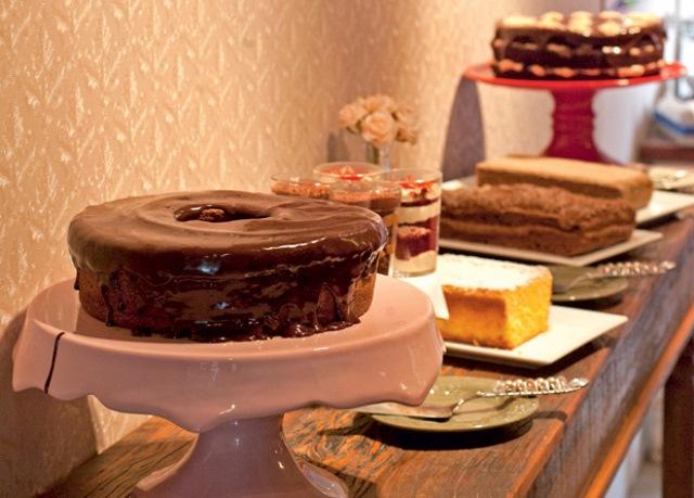 O balcão de bolos: em fatias ou no copinho, são sete opções por dia