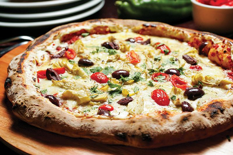 Versão da casa: cream cheese, queijo gruyère, alcachofra, azeitona preta e tomate