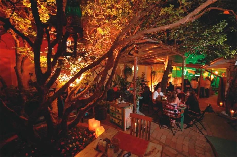 Ambiente do Dita Cabrita: aprazível espaço ao ar livre com árvores e plantas