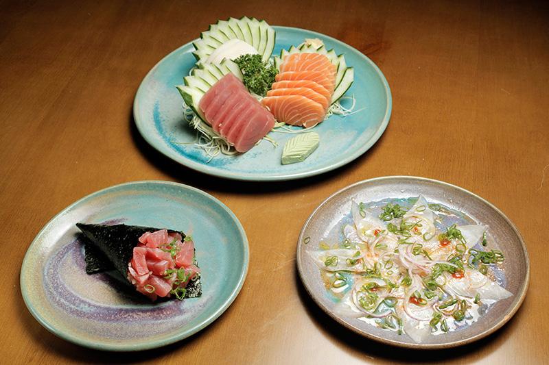 Entre os peixes, há sashimis variados, ceviche de salmão e temaki de atum