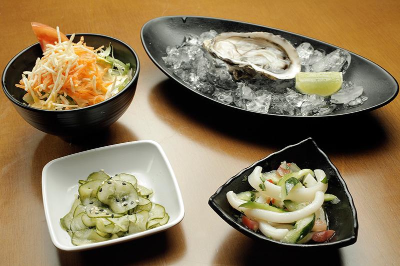 A oferta ilimitada inclui ostras frescas, sunomono, salada da casa e lula ao vinagrete