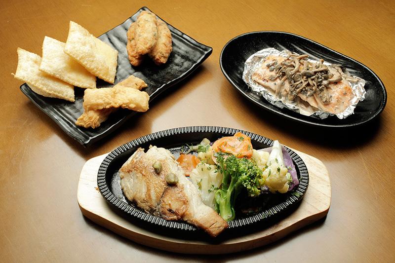 A seleção inclui um trio de boas frituras (pastel de catupiry, peixe empanado e bolinho de bacalhau), salmão ao creme de abacaxi e anchova na chapa