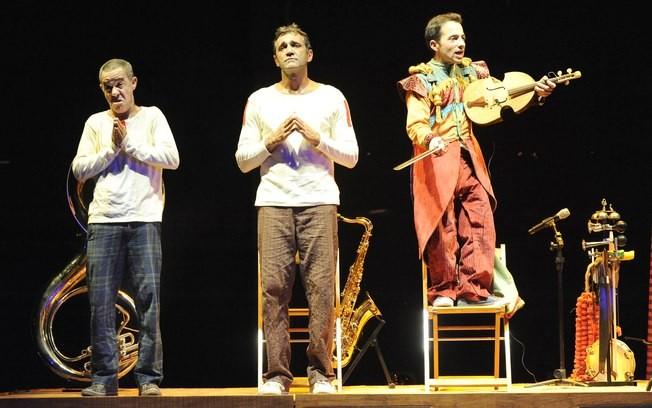 Domingos Montagner (no centro), com Fernando Sampaio (à dir.) e Fernando Paes em Mistero Buffo: sátira à religião com gosto de circo
