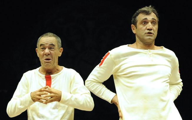 Domingos Montagner (à esq.) e Fernando Sampaio em Mistero Buffo: crítica à religião com gostinho de circo