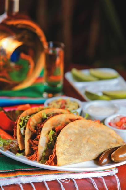 Tacos de pancho, recheados de carne desfiada e frijoles refritos, do mexicano Don Pancho