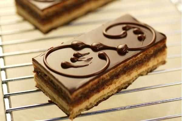 Na Pâtisserie Douce France: textura suave e camadas bem definidas de chocolate e creme de café
