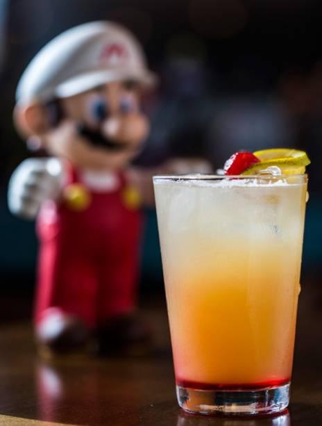 O drinque bending unit 22 leva tequila, sucos de laranja e abacaxi mais grenadine