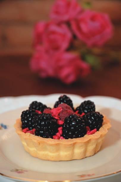 Torta de framboesa, amora e rosa