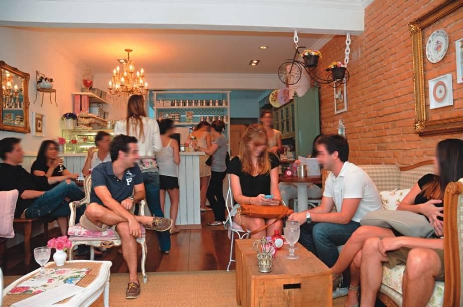 À francesa: móveis rústicos e enfeites femininos decoram o movimentado salão