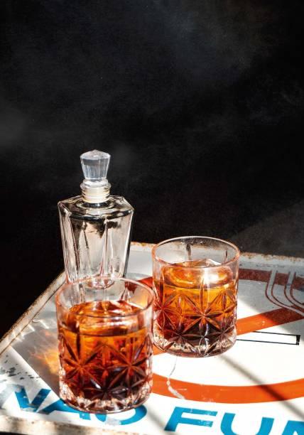 Alfaiate: porção dupla de bourbon, rum, vermutes tintos, licor e bitters