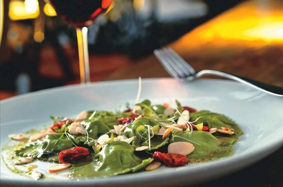 Novidade do almoço executivo do Due Cuochi Cucina do Itaim: ravióli de camembert com figo ao molho de manteiga, sálvia e amêndoa