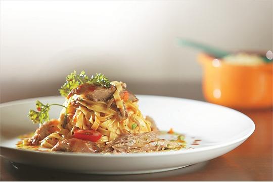 Fettuccine ao ragu de pato e cogumelo shiitake: massa fresca plena de sabor