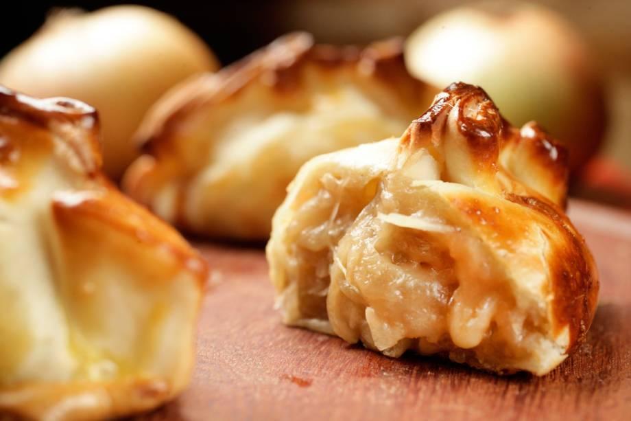 Empanada de queijos mussarela e brie com cebola caramelada