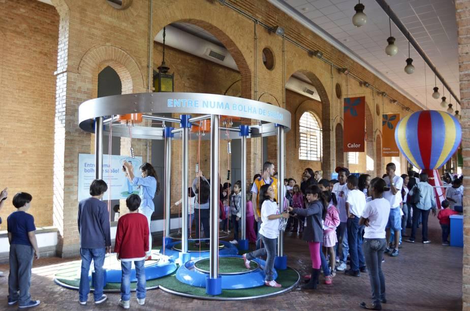 Fluídos: instalação de bolhas cilíndricas aborda o conceito da tensão superficial