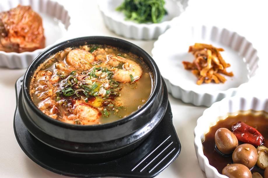 O ensopado de frutos do mar com tofu chega com arroz e alga passada no azeite de gergelim
