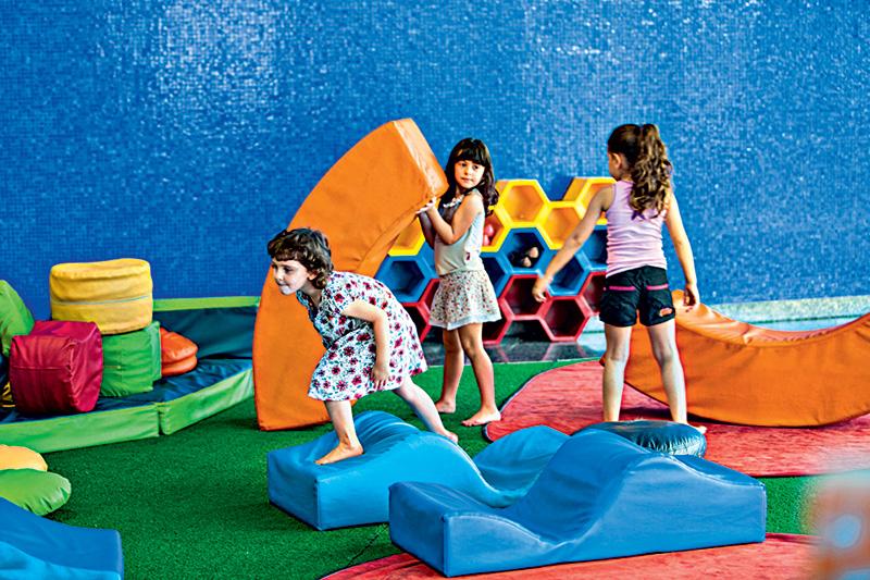 Instrutores auxiliam a garotada de até 5 anos em brincadeiras