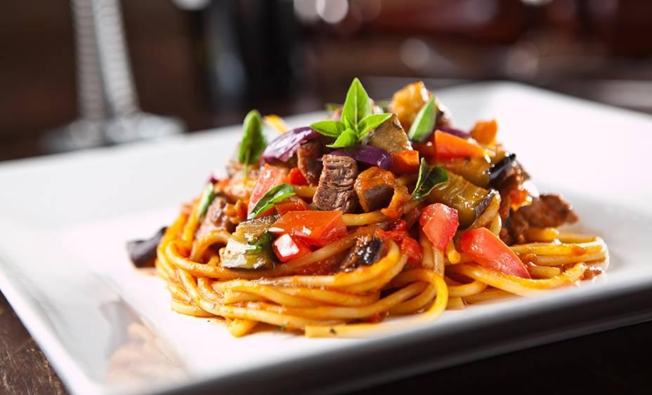 Espaguete com iscas de filé, berinjela e azeitona