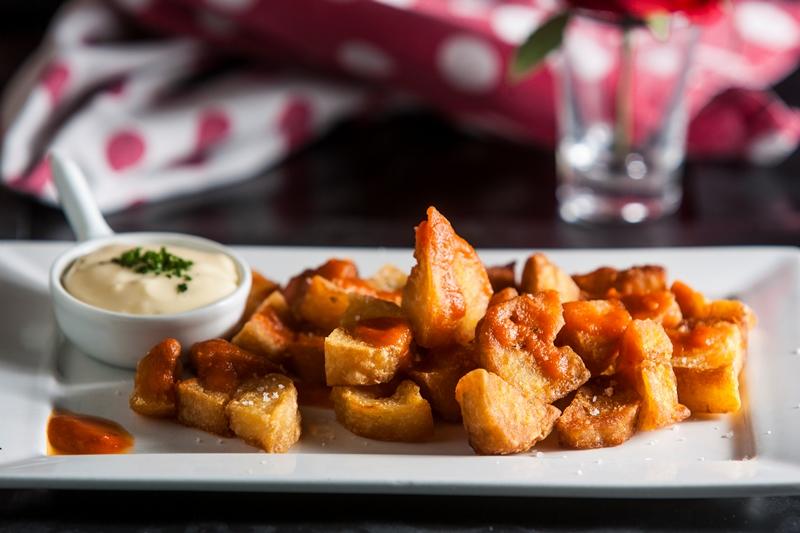 Especialidade, a batata brava chega crocante e carregada na pimenta