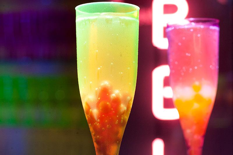A casa produz um espumante servido com bolhas de gelatina ágar-ágar e xarope de fruta