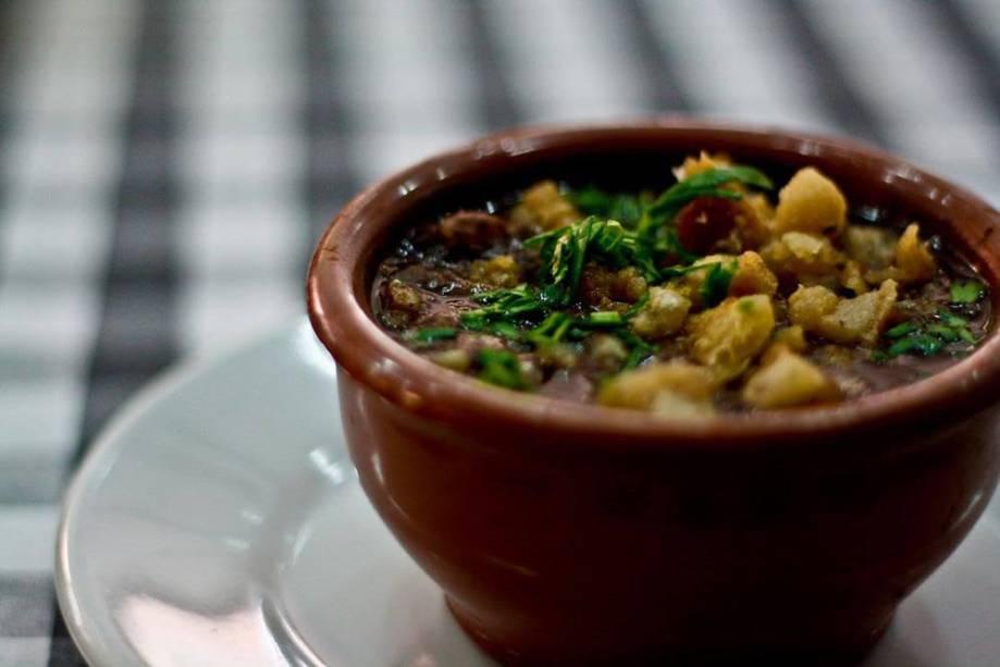 Para aquecer: caldinho de feijão do Esquina Grill do Fuad