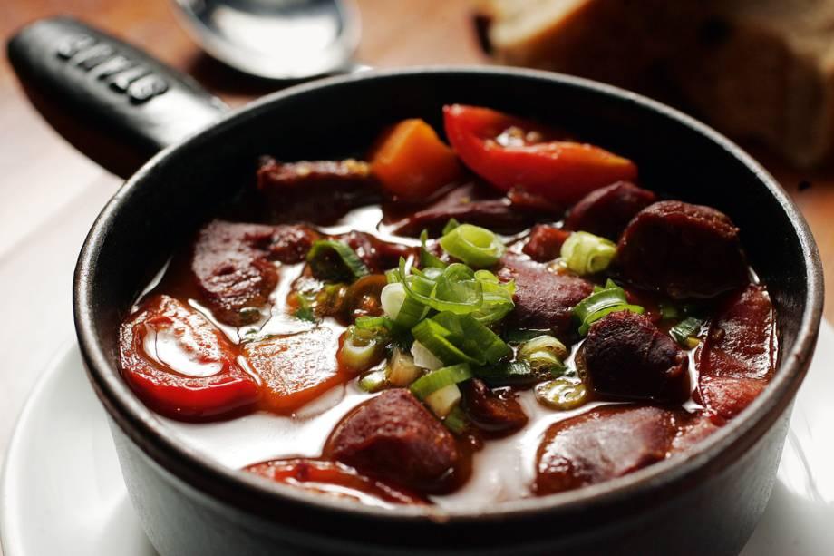 Feijoada na versão pernambucana: feijão mulatinho e legumes