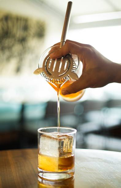 Montretout: brandy, vermute tinto, licor St. Germain e bitters