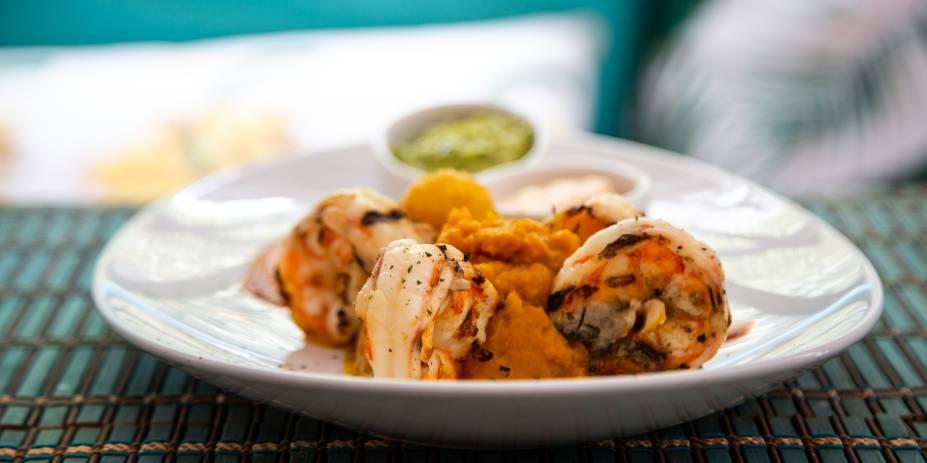 Camarones desmedidos: traz os crustáceos grelhados, purê de abóbora, mandioca frita, guacamole e maionese com pimenta sriracha