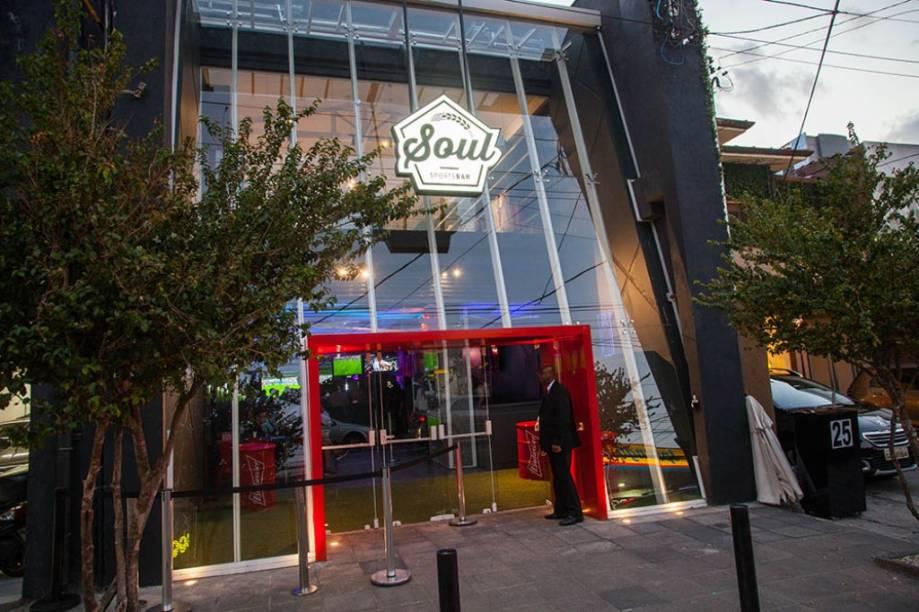 A fachada do bar, que tem uma loja de produtos esportivos no piso superior