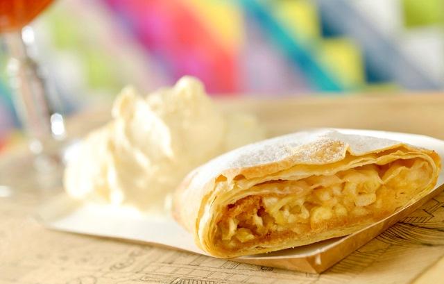 Apfelstrudel: torta de maçã com passas brancas, acompanhada de sorvete de baunilha