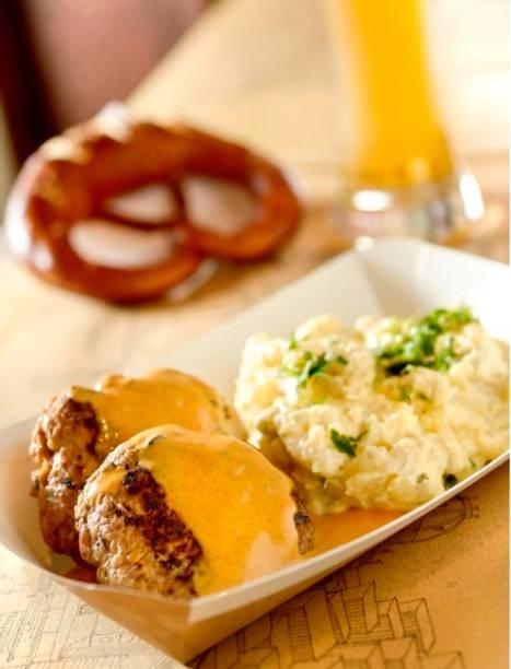 Frikadelle: almôndegas de carne bovina e suína com molho de páprica