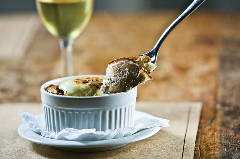 Rabanada à francesa: sobremesa leva pão judaico challah tostado na manteiga e intercalado por lâminas de pera e maçã ao creme inglês