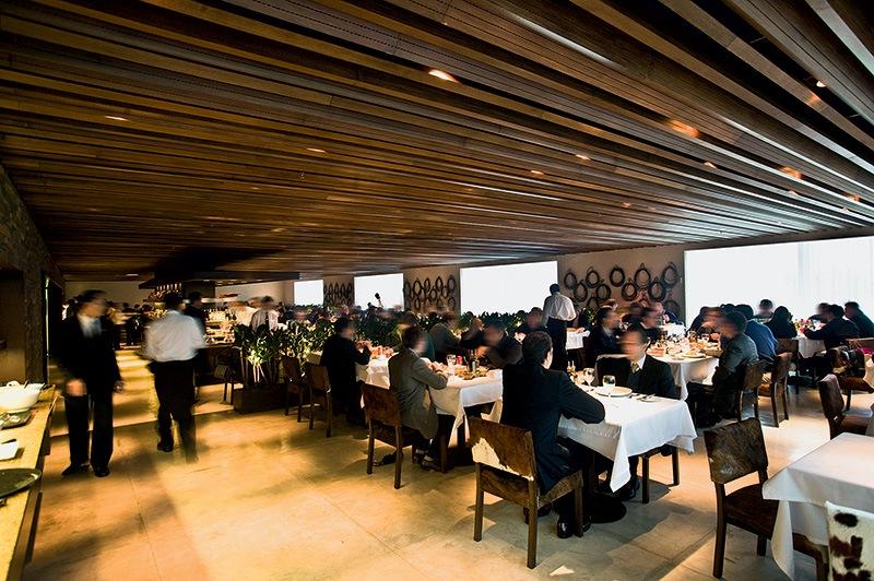O bonito salão da churrascaria Rodeio no Shopping Iguatemi: a casa fica no 8º andar