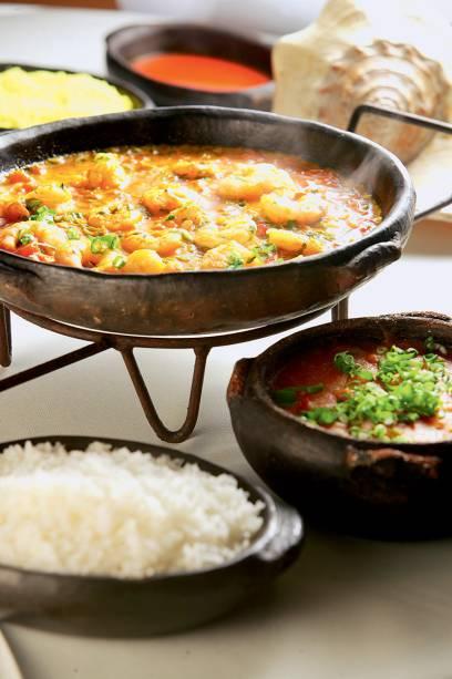 A moqueca capixaba: a receita vem com arroz, pirão e farofa de banana-da-terra