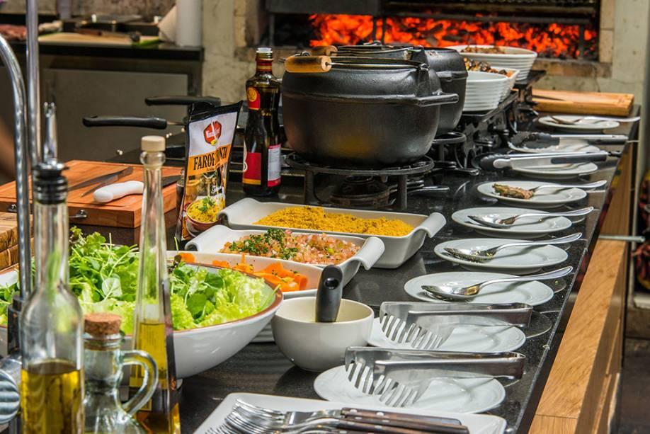 Almoço: sistem de bufê e carnes preparadas na parrilla