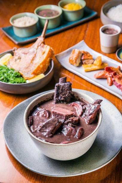 Feijoada com vista: a pedida é servida sem pé, rabo e orelha de porco, com carne-seca, paio, linguiça, lombo e costelinha suína e diversas guarnições