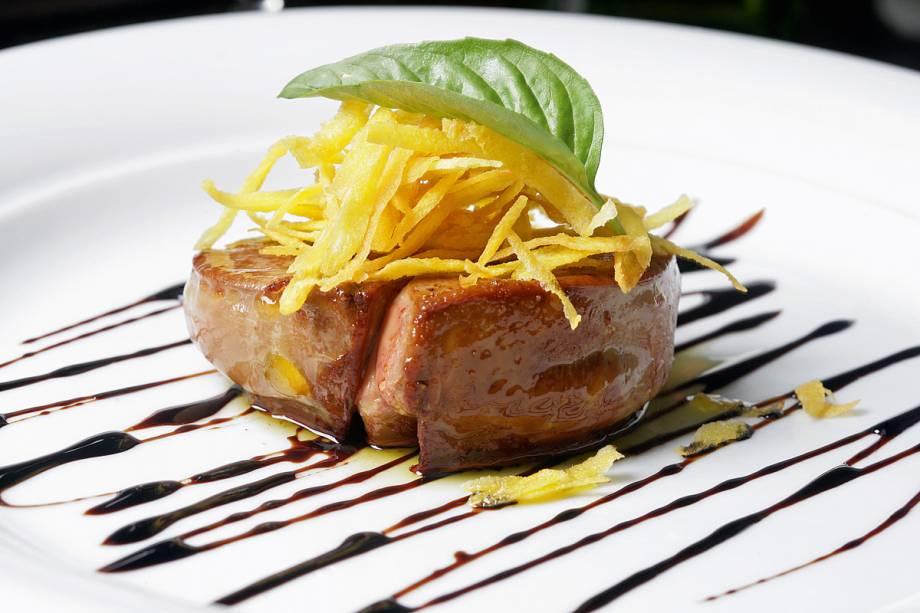 Foie gras acompanhado de redução de vinagre balsâmico com baunilha e mandioquinha palha