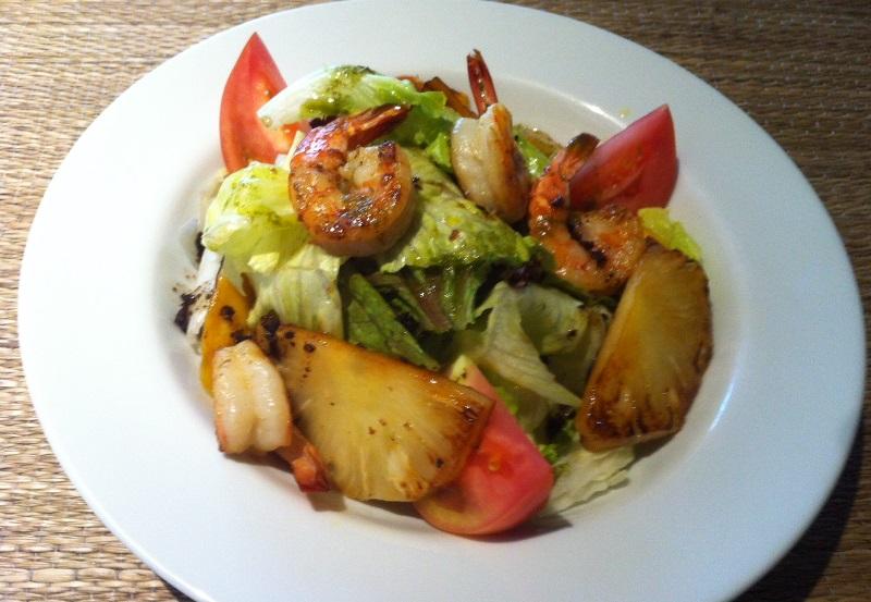 Salada de folhas variadas com tomate, camarão, banana-da-terra e abacaxi