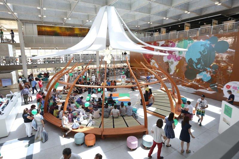 A tenda central: tatames e pufes à disposição dos visitantes