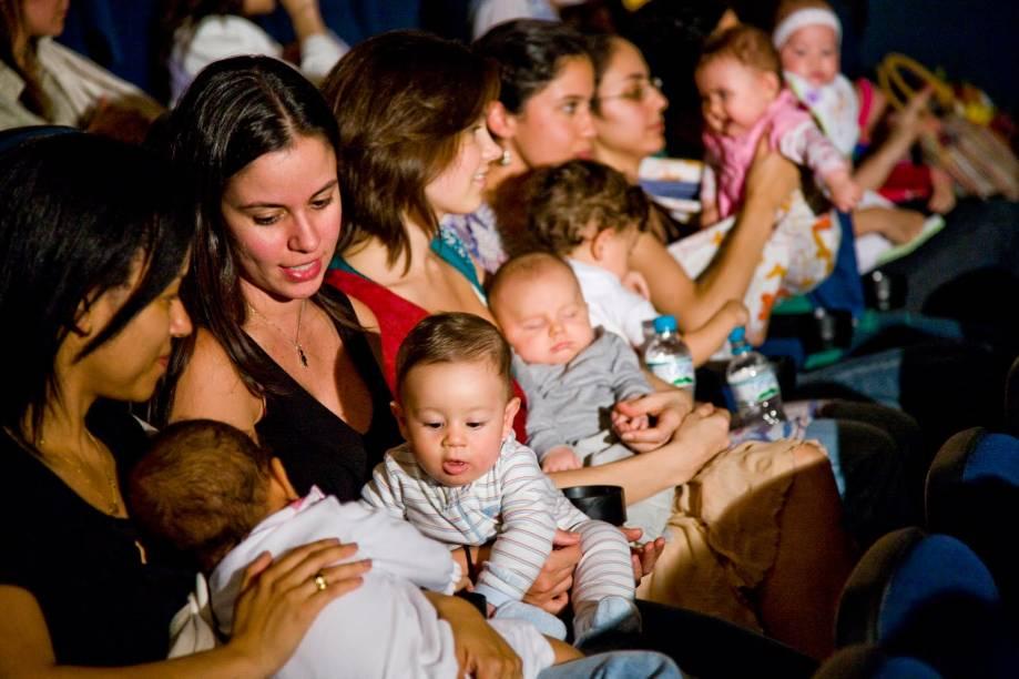 CineMaterna: projeto proporciona um momento entre mamãe e bebê no escurinho do cinema