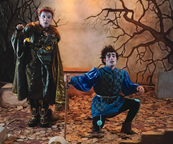 Davi Taiu e Erickson Almeida em O Príncipe da Dinamarca: a adaptação de Shakespeare