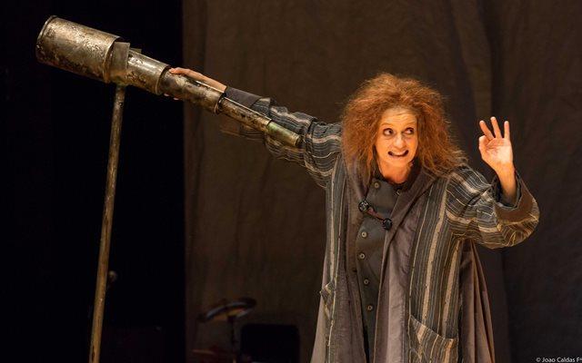 A atriz Denise Fraga na comédia de Bertolt Brecht