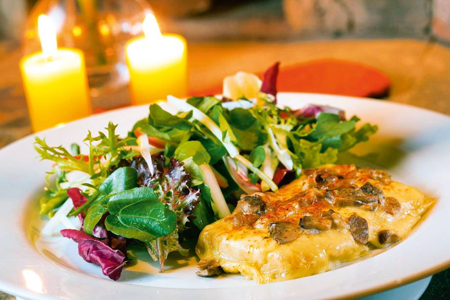 Torrada com queijo suíço, cogumelos e salada