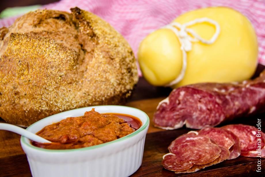 Basilicata: kit composto por sardela, pão de chia, salame cacciatore e queijo caccio cavalo