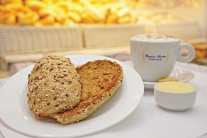 Pão de multigrãos e café com leite: opção para café da manhã