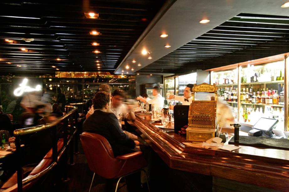 O bar está instalado no lobby do hotel Maksoud Plaza