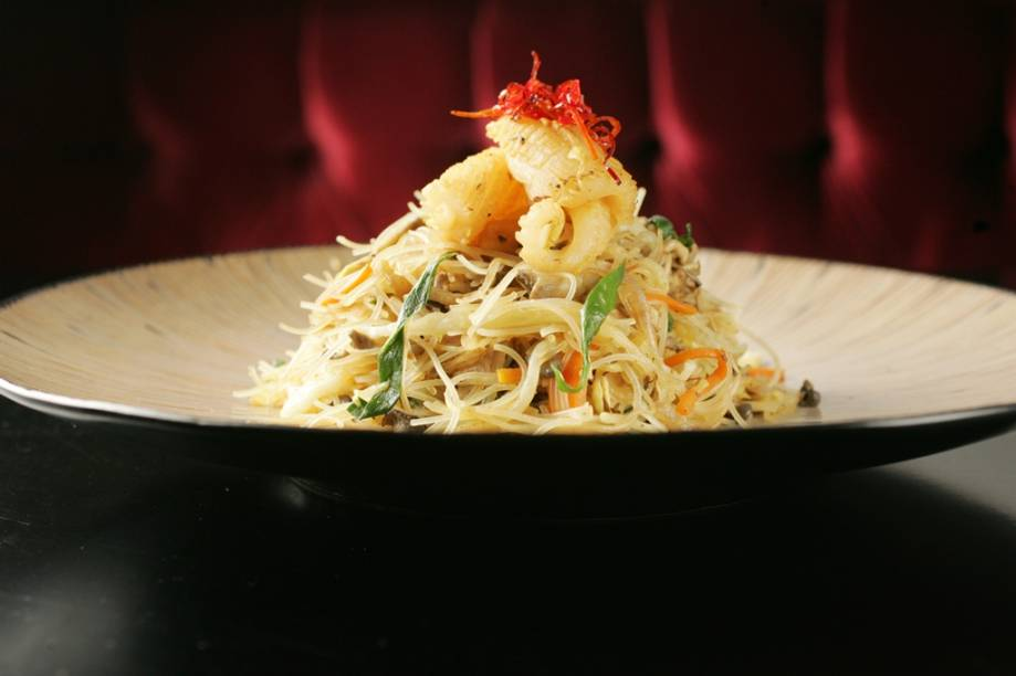 Macarrão de arroz bifum com vegetais e lula